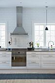 Weiße Küche mit Kassettenfronten und Sprossenfenstern
