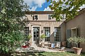 Terrasse und Garten am französischen Landhaus im Sommer