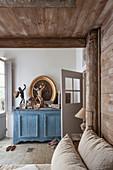Blaues Sideboard mit Trödel im Schlafzimmer mit Himmelbett aus Holz