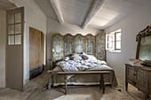 Schlafzimmer im französischen Stil mit Paravents und Patina