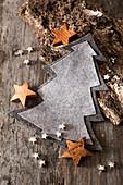 Weihnachtsbäume aus grauem Filz als winterliche Dekoration
