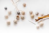 Filzkugeln mit winterlichen Motiven besticken