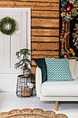 Wandteppich überm Sofa im Wohnzimmer mit Holzwand