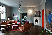 Ledersofa und Sessel im Wohnzimmer in gedeckten Farben