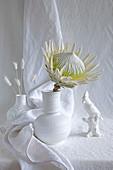 Weiße Protea-Blüte in weißer Vase