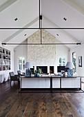 Modernes, klassisches Wohnzimmer mit offener Decke und Stahlträgern