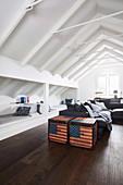 Truhen mit US-Flagge im Wohnzimmer mit Schlafkojen