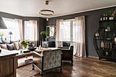 Klassisches Wohnzimmer in gedeckten Farben mit grauer Wand