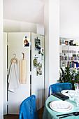 Paravent hinterm Esstisch in kleiner Einzimmerwohnung
