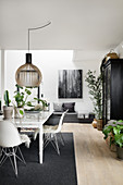 Modern, Scandinavian-style dining room in black and white