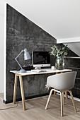 Schreibtisch im Skandinavischen Stil vor grauer Wand unter der Schräge