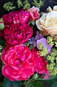 Strauß aus Rosenblüten, Frauenmantel und Hortensie