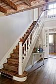 Ethno-Läufer als Treppenteppich auf der Treppe im eleganten Landhaus
