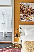 Abstraktes Gemälde überm Bett, Blick ins moderne Bad