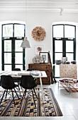Besprechungstisch mit Klassikerstühlen auf Kelimteppich