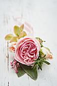 Mini-Strauß mit Rosenblüte, Rosmarin und Wollziest