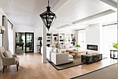 Großes Wohnzimmer im klassischen Stil in Naturtönen