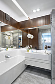 Modern bathroom with wood cladding and mirrored walls
