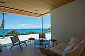 Wohnzimmer mit Erker im modernen Architektenhaus mit Meerblick