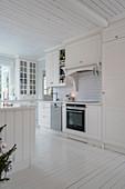 Landhausküche im Skandinavischen Stil in Weiß mit Dielenboden