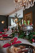 Festlich gedeckter Tisch zu Weihnachten im klassischen Esszimmer