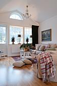 Gemütliches Wohnzimmer im skandinavischen Landhausstil