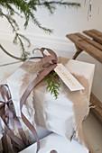Verpacktes Geschenk mit gerissenem Stoff als Geschenkband