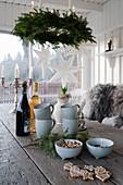 Gedeckter Tisch mit weihnachtlicher Deko auf überdachter Terrasse