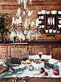 Rustikaler, weihnachtlicher Esstisch vor Bretterwand mit Tellerboard