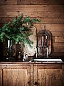 Rustikaler Küchenunterschrank mit Spülbecken, Tannenzweige in Vase