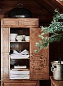 Geschirrschrank aus Holz mit offener Tür