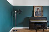 Klavier mit Hocker und Portraitmalerei