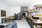 Offene Küche mit Einrichtung aus Holz und Metall