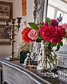 Rosen in Glasvase auf Kaminsims