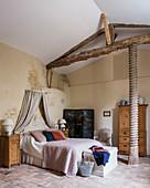 Alte Eichenölpresse im Hauptschlafzimmer mit Holzmöbeln und Paravent