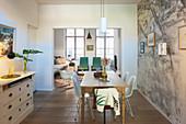Holztisch mit Klassikerstühlen und Kommode im Eszimmer