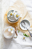 Blüten vom Bauernjasmin auf Honig