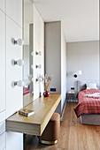 Konsolentisch mit Schminkspiegel im modernen Schlafzimmer