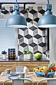 Blaue Industrieleuchten überm Esstisch in moderner Wohnküche