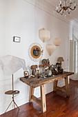 Dekoration mit Trockenblumen auf altem Holztisch