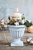 Winterliches Gesteck mit einer Kerze und Trockenblumen im Blumentopf