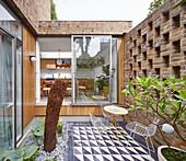 Kleiner dekorativ gestalteter Innenhof eines Ziegelsteinhauses