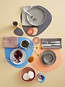 Gedeckter Tisch mit selbstgemachten Tischsets