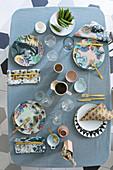 Vogelperspektive auf gedeckten Tisch in Pastellfarben