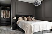Elegantes Schlafzimmer mit Doppelbett und begehbarem Kleiderschrank