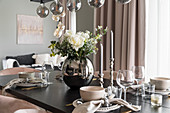 Elegant gedeckter Esstisch mit Blumenstrauß