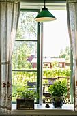Offenes Fenster mit Blick auf die Terrasse