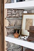 Mit rustikalen Holzscheiten ausgekleidetes Regal