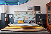 Klassisches Schlafzimmer mit maritimer Deko und blauem Sockel