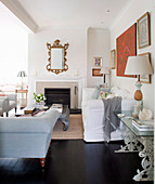 Klassisches Wohnzimmer mit schwarzem Boden und offenem Kamin